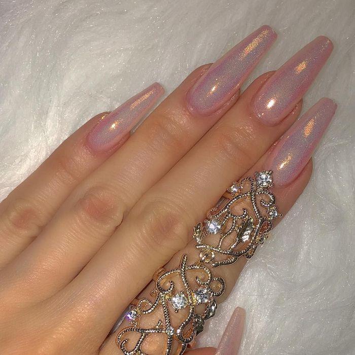 ballerina nägel sehr lang mit einem meerjungfrau effekt, glittereffekt, ring an dem finger