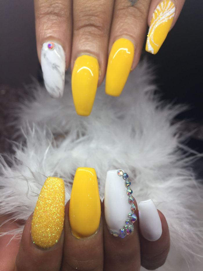 nägel ballerina, weiß und gelb mit verschiedenen dekorationen, glitter, perle, marmor zeichnung