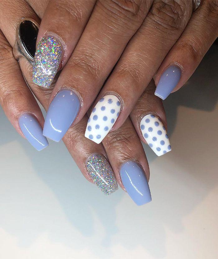 nagelformen trends, schönes modell für gellack zeichnungen, weiße gepunktete maniküre, blauer lack, glitter