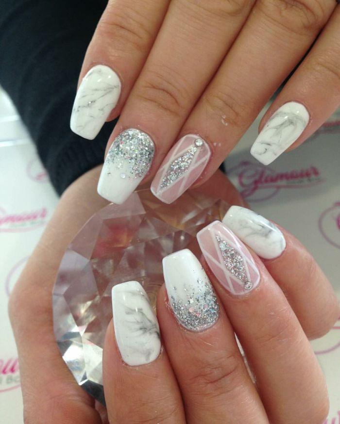 nagelformen trends, weiße nägel, glitter weiße maniküridee, mittellange nägel