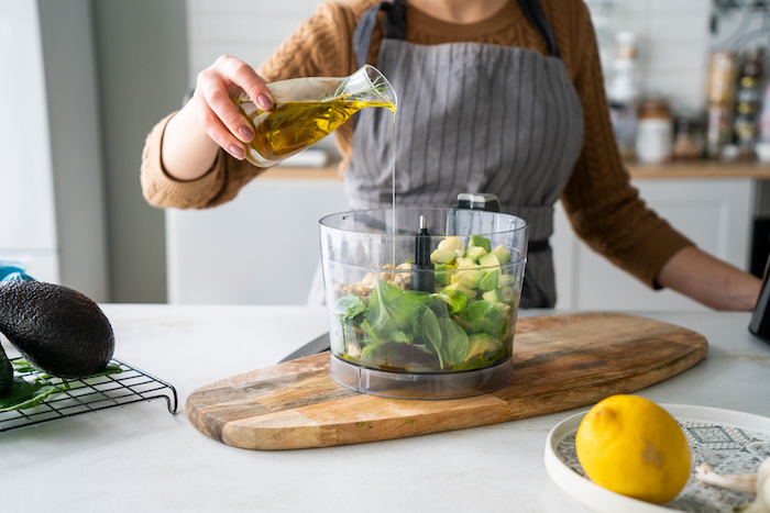 Zutaten für Avocado Pesto fein passieren, Olivenöl dazugeben, schnelle Brunch Rezepte