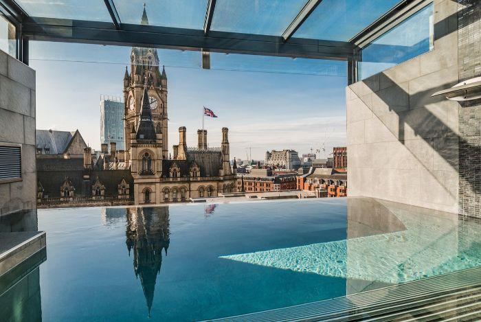 ein kleines schwimmbad mit transparenten wänden in der stadt london, big ben, blauer himmel