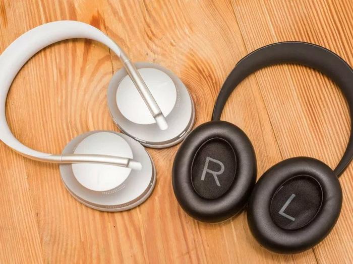 weißer und schwarzer Kopfhörer auf einem Tisch, Bose Noise-Canceling-Kopfhörer