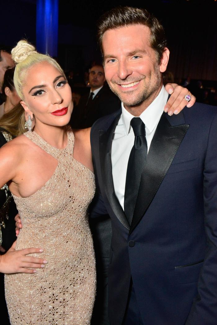 Lady Gaga und Bradley Cooper fotografiert zusammen, Lady Gaga trägt provokatives Kleid