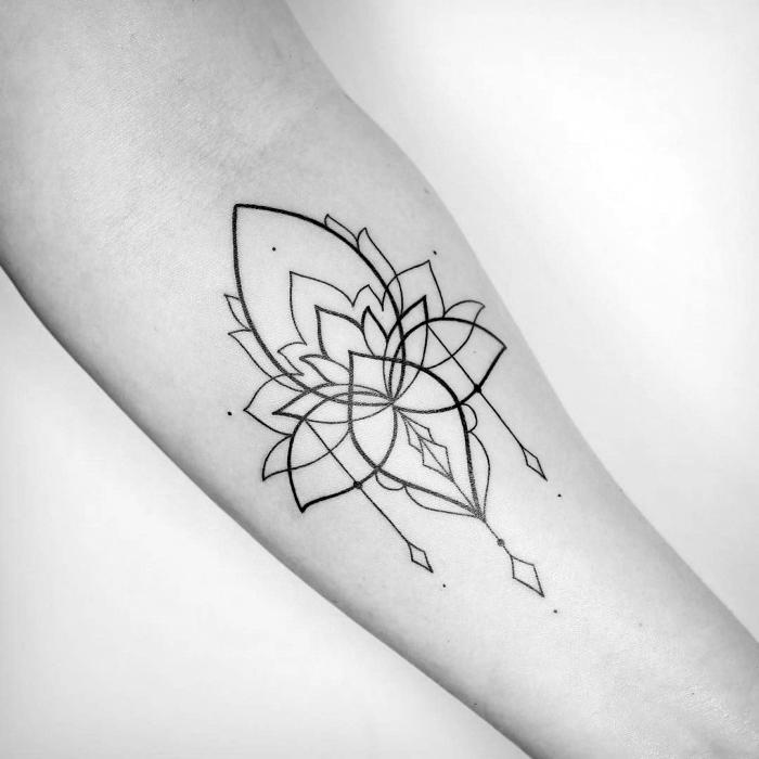buddhismus symbole tattoo, tätowierung mit lotus als motiv am unterarm, lotusblume am arm