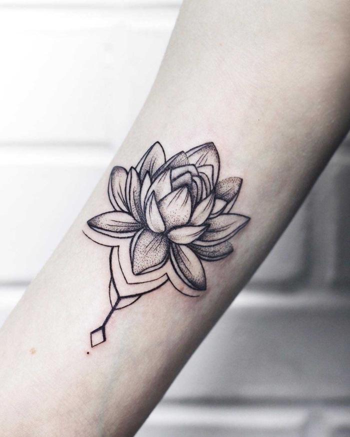 buddhismus symbole tattoo, lotus in schwarz und grau, lotusblume am oberarm, tätowierung