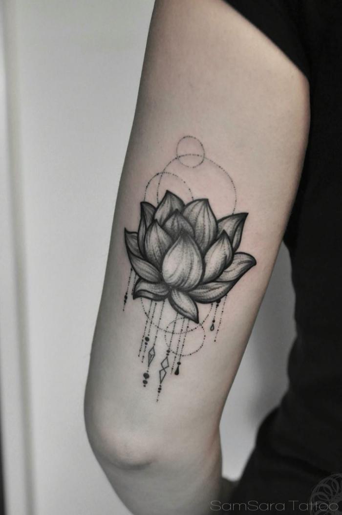 lotusbl+te am oberarm, buddhismus symbole tattoo, schwarz graue tätowierung am oberarm