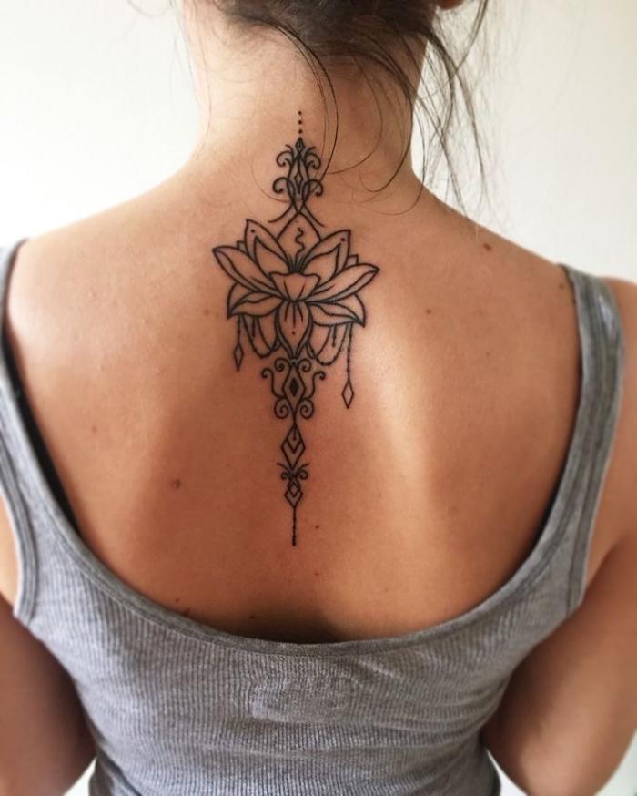 motve für frauen, tätowierung am rücken, buddhistische symboe tattoo am rücken, lotusblüte