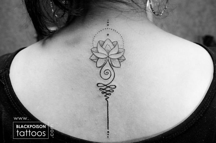 buddhistische symbole tattoo, frau mit tätowierung am rücken, lotus mit unalome, punkte