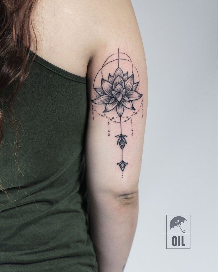 lotus in kombination mit geometrischen motiven, buddhistische symbole tattoo, lotusblüte am oberarm