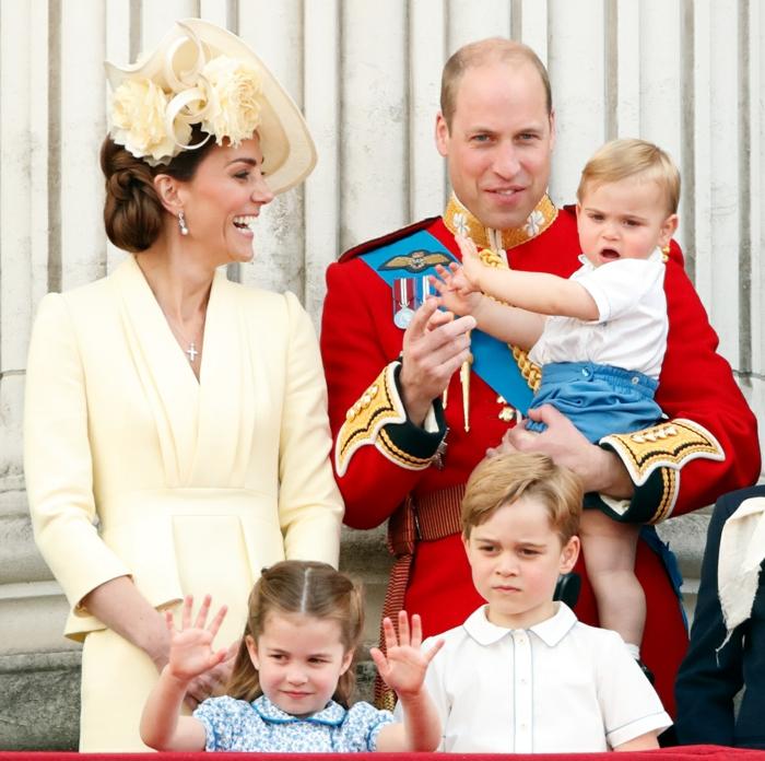 die Herzögin Catherine und Prinz William mit ihren drei Kindern zu dem Geburtstag der Queen