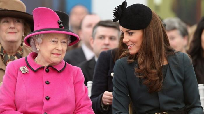 die Königin in rosa Farbe gekleidet und Catherine in schwarzem Kleid, sie sitzen zusammen