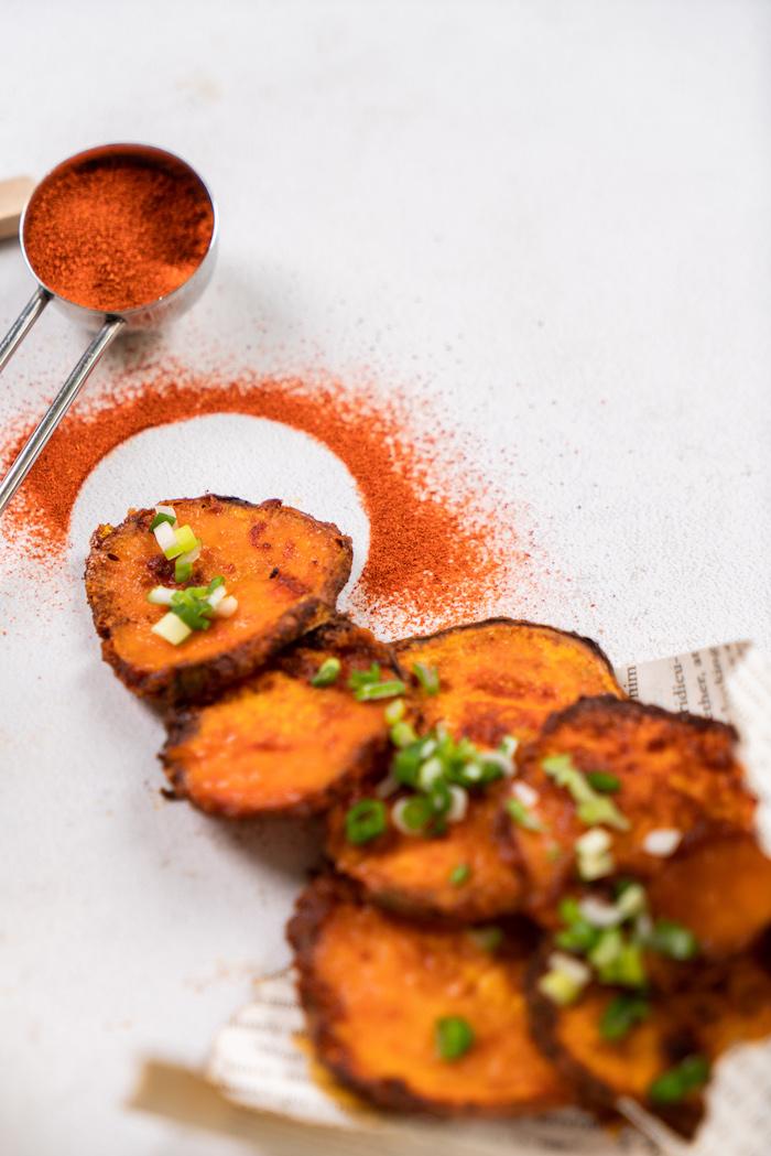 Kartoffelchips selber backen, mit Pfeffer und Frühlingszwiebel abschmecken