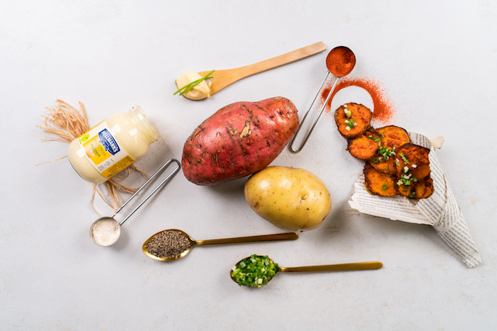 Chips aus Kartoffeln und Süßkartoffeln selber machen, mit Mayo Dip servieren