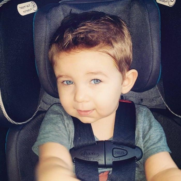 Trendy Frisuren für Jungs, blaue augen, dunkle haare, junge in dem auto sitzen