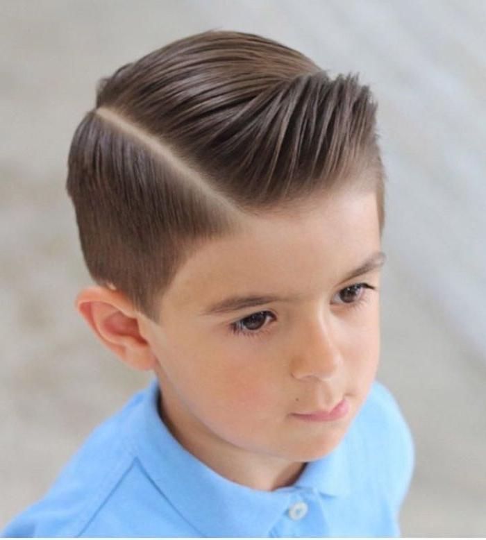 frisuren für jungs trendideen, braune haare, hellblaues tshirt, seitlicher scheitel