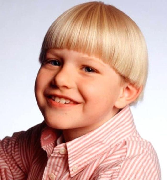 frisuren für jungs lustiges foto von einem jungen mit retro haare, blonde haare, schüsselförmige frisur