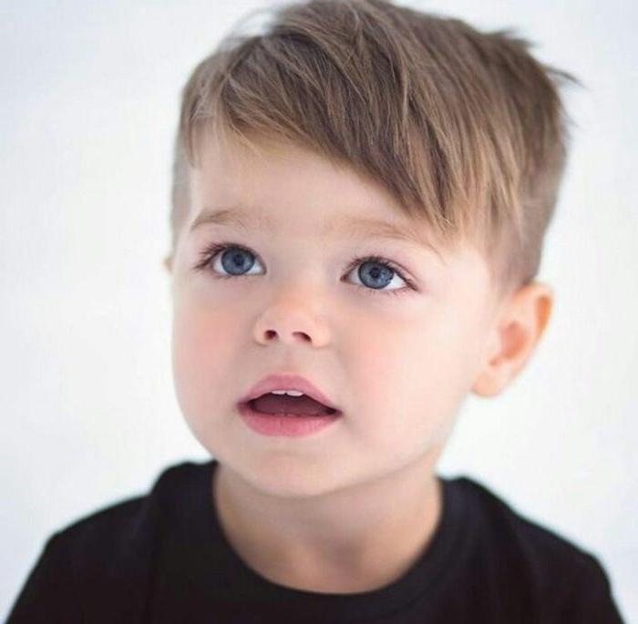 Trendy Frisuren für Jungs, ein junge mit blauen augen und dunkel blondes haar