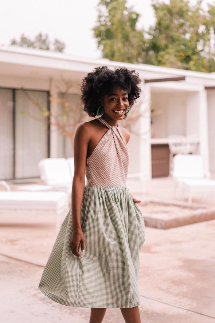 Sommermode in Pastellfarben, kariertes Kleid in Beige und Grün, Modetrends 2019