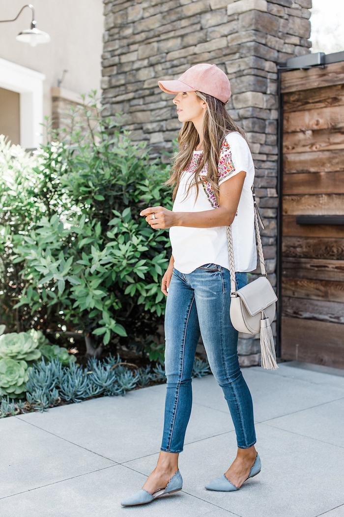 Sommer Outfit für Damen, enge Jeans, weißes Shirt mit Blumenmuster, hellblaue Ballerinas