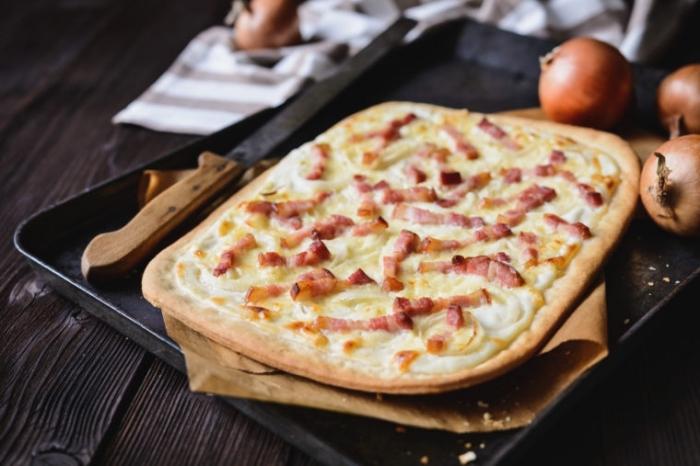 der beste flammkuchen rezept, elsässe tarte flambee mit bacon, käse und gelbe zwiebel