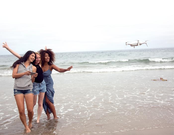 drohne kaufen, fotos machen, drei frauen, fotos aus der luft machen, strand, meer