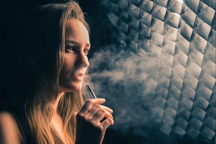 E-Zigaretten sind genauso schädlich wie normale Zigaretten und das Mädchen wirkt älter als sie ist