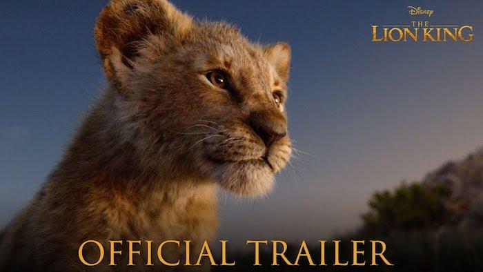ein blauer himmel und ein kleiner junger löwe mit gelben augen, der trailer von the lion king film von disney