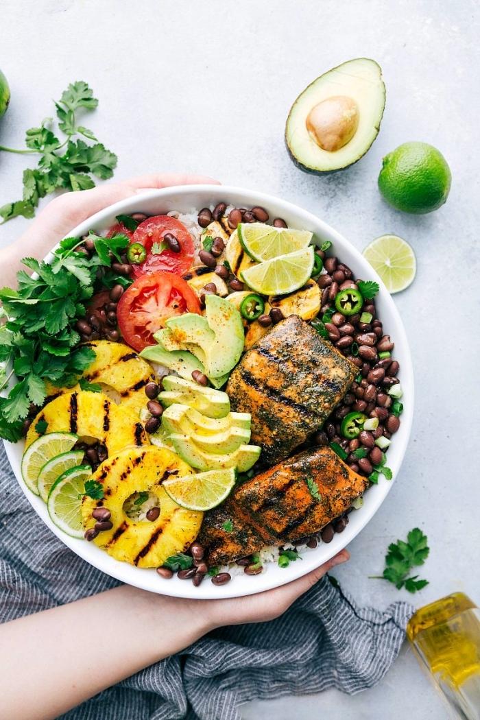 einfache low carb rezepte, salat mit avocado, lachs, ananas und tomaten, gesundes abendessen ideen