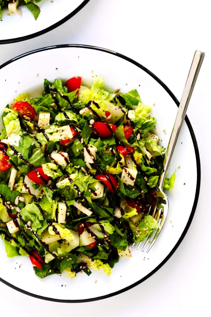 einfache rezepte abendessen, gewicht verlieren, gesunder salat mit cherry tomaten und spinat, sojasoße