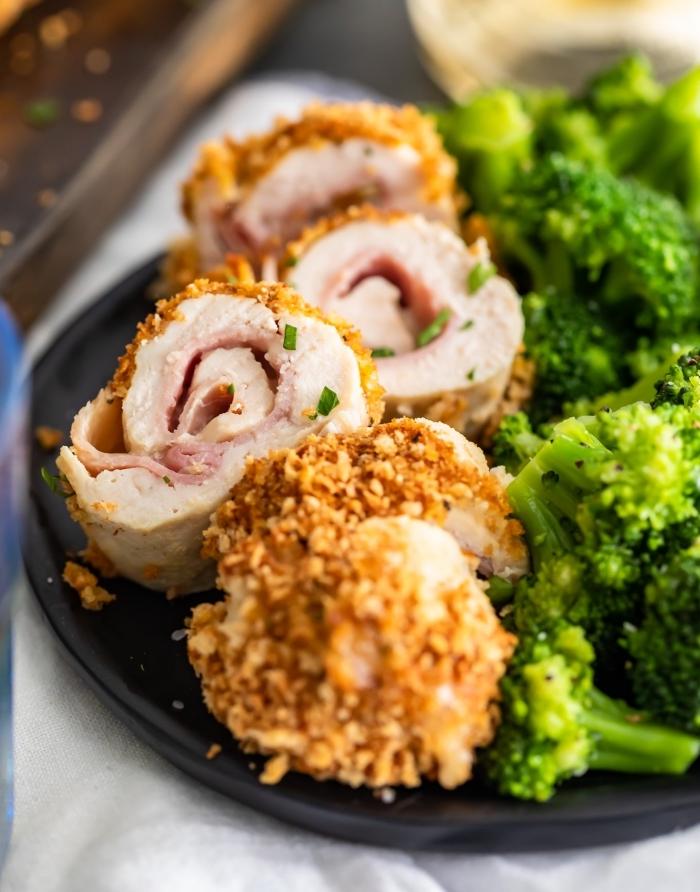 einfache rezepte abendessen, rollen aus hühnerbrust und bacon, salat aus brokkoli, gericht mit hühnerfleisch