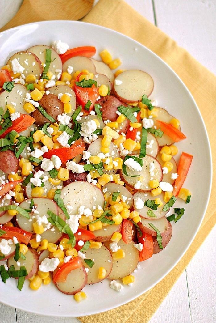 einfache rezepte abendessen, gesunder salat aus radieschen, rotem paprika, mai und ziegenkäse
