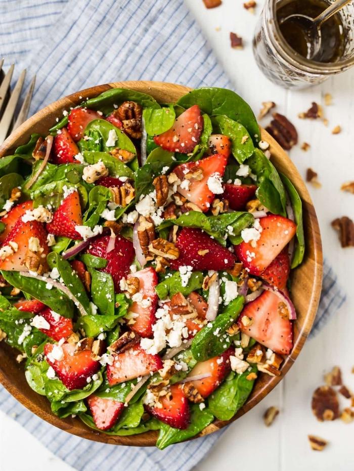 einfache rezepte abendessen, süßer salat mit spinat, erdbeeren, wallnüssen und ziegenkäse