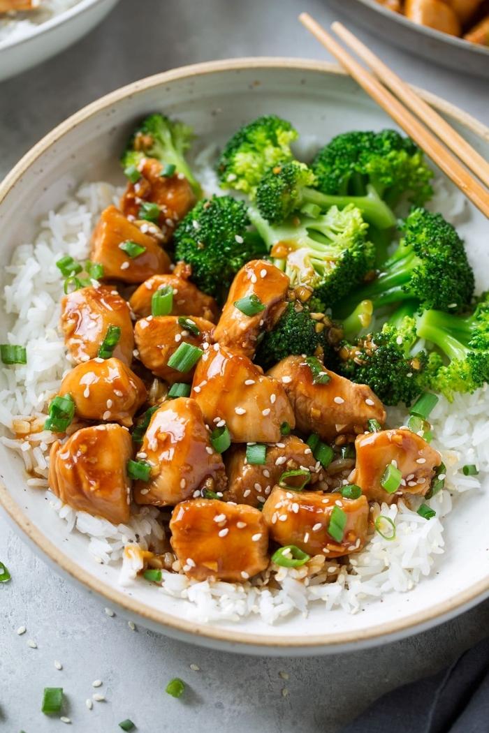 huhn teriyaki kochen, hühnerflisch mit sojasoße, salat aus brokkoli und reis, einfache rezepte abendessen