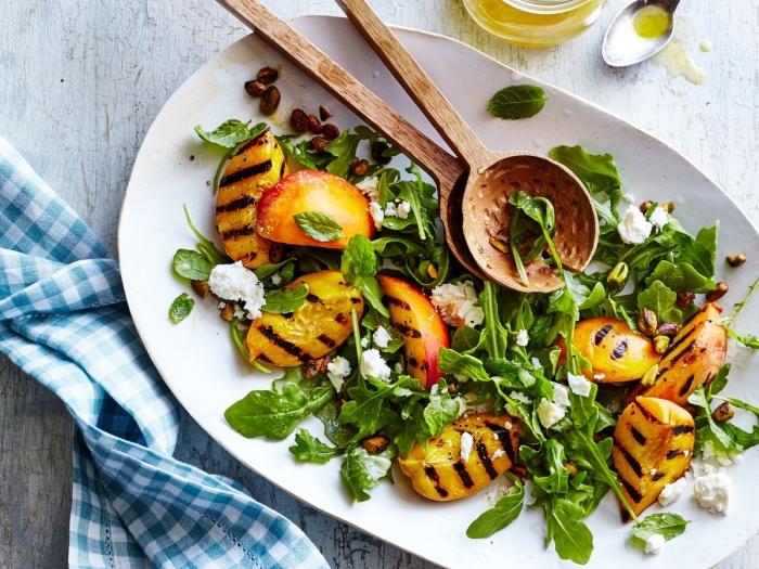 einfache schnelle rezepte, gesunder salat mit rukkola, gegrillten pfirsichen und ziegenkäse