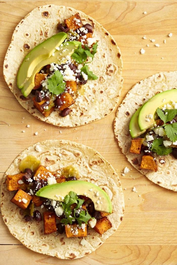 tacos mit avocado, süße kartoffeln und ziegenkäse, einfache schnelle rezepte, leichtes abendessen