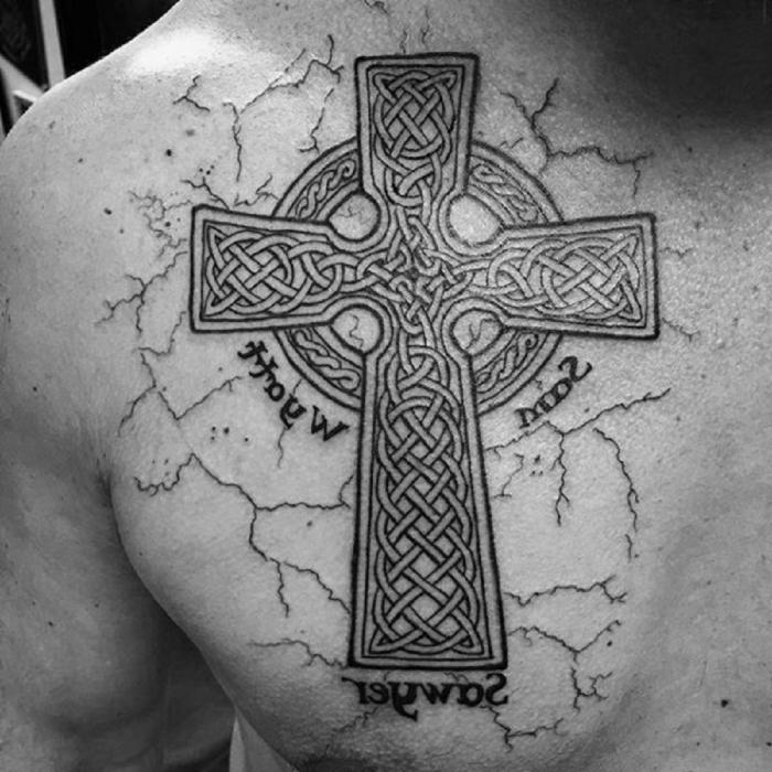 eisernes kreuz tattoo an der brust, mann mit großer tätowierung in schwarz und grau, keltische motive, symbol