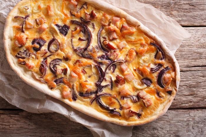 elsässer flammkuchen rezept, belag mit bacon, cheddar käse und roter zwiebel, mittagessen ideen