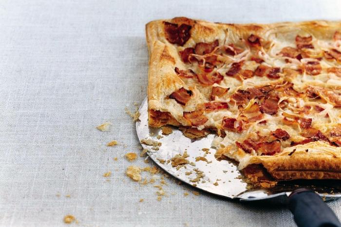 elsässer flammkuchen rezept, belag mit bacon und zwiebel, mittagessen ideen, flammkuchenteig ohne hefe