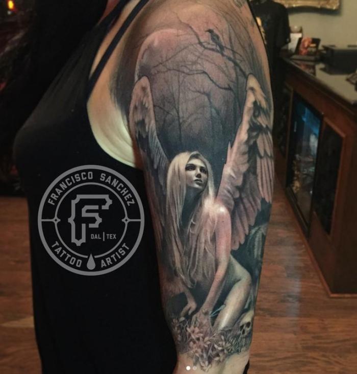 engel tattoo arm, frau mit großer realitischer tätowierung am oberarm, frau mit engelsflügeln