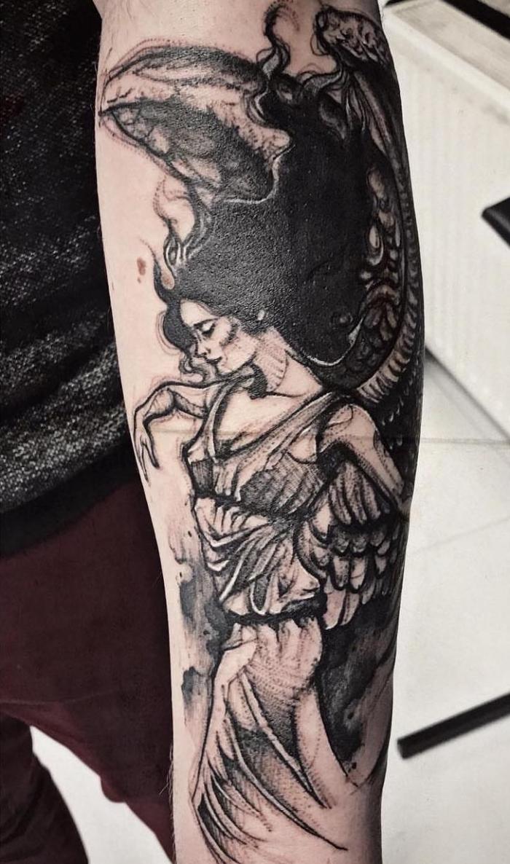 engel tattoo arm, realitische tätowierung am unterarm, blackwork tattoo, frau mit schwarzen haaren