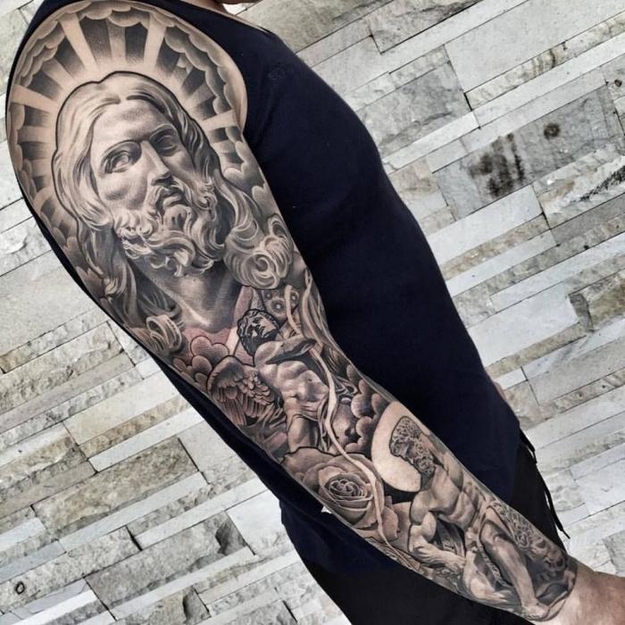 engel tattoo ideen, mann mit detailliertes sleeve tattoo, tätowierung mit realitischen motiven, jesus christi