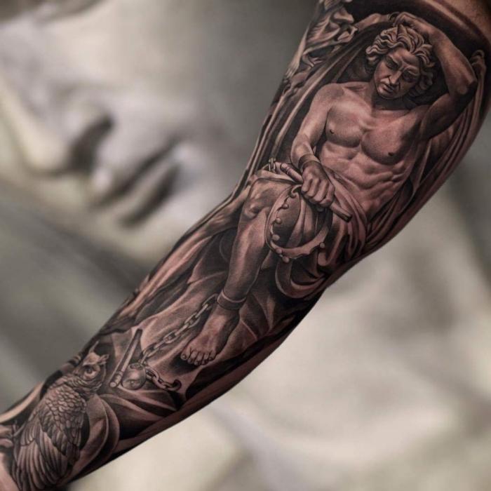 engel tattoo ideen, tattoos für männer, sleeve tattoo in schwarz und grau, mann mit flügeln und kette