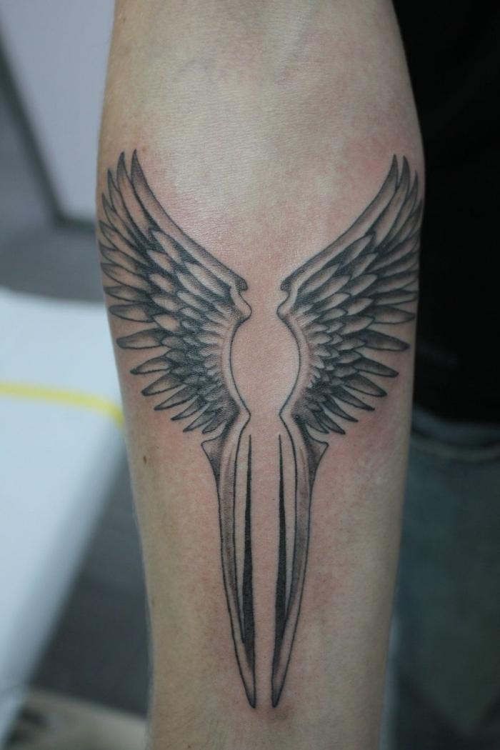 schwarz grau tätowierung am unterarm, engelsflügel tattoo klein, flügel als tattoo motiv, arm tattoo