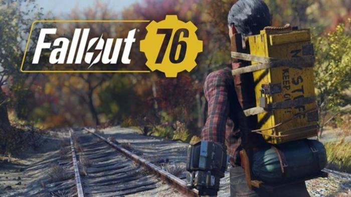 ein alter Gleisweg mit dem Logo von Fallout 76 und ein Held mit Rücksack mit gefährlichen Materialien