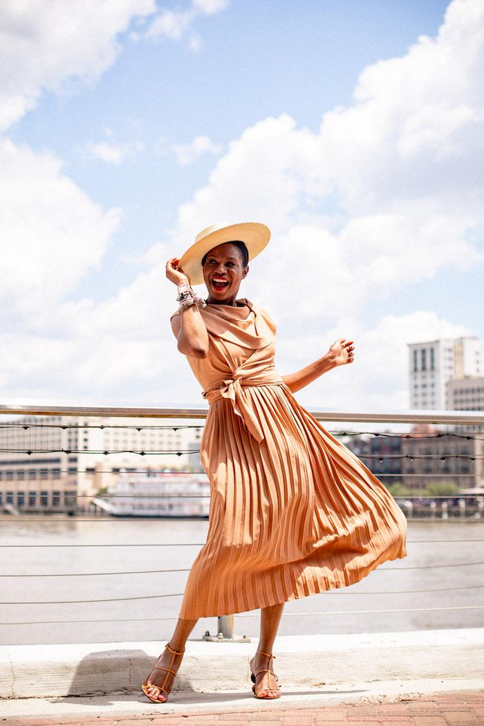Sommerkleid in Caramel, lang mit Schleife an der Taille, Sandalen in der gleichen Farbe