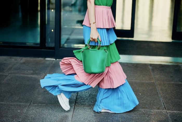 Modefarben 2019, Rouge Grasgrün und Himmelblau, weite bunte Hose und weiße Sneaker