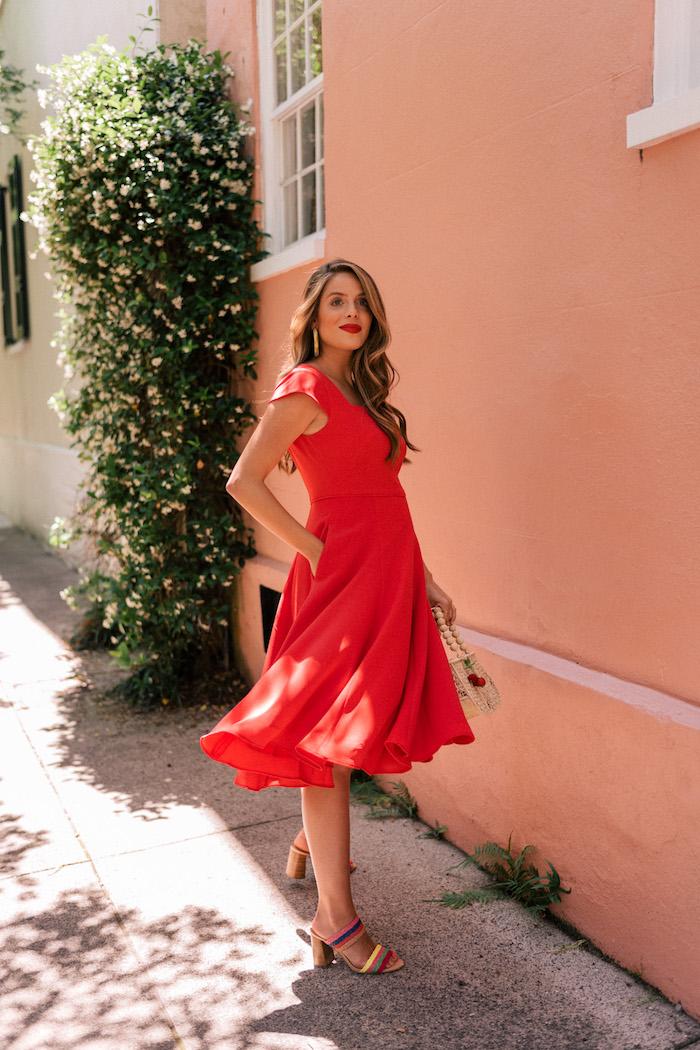 Elegantes rotes knielanges Kleid, bunte Sandalen, Modetendenzen 2019, Balayage Haare