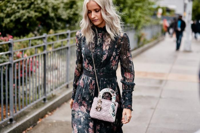Schwarzes Kleid mit Blumenmuster, elegantes Sommerkleid mit langen Ärmeln, Handtasche in Zartrosa