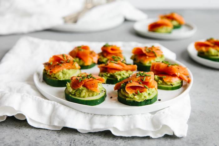 Gurkenscheiben mit Avocado und Lachs, kleine Häppchen für Party schnell selber machen